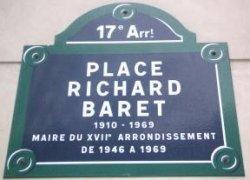 Devant la mairie du XVIIe arrondissement